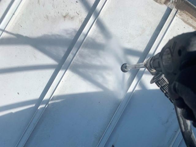 屋根塗装 高圧洗浄中