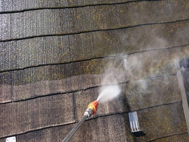 屋根 塗装 高圧洗浄中