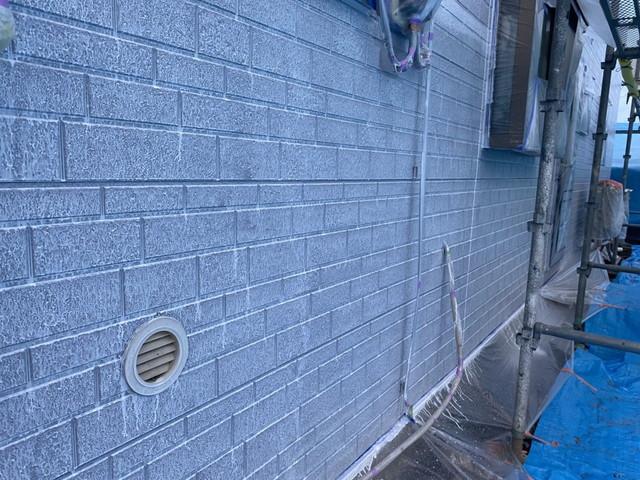 群馬県安中市でサイディングボード外壁の下塗り塗装を行いました。