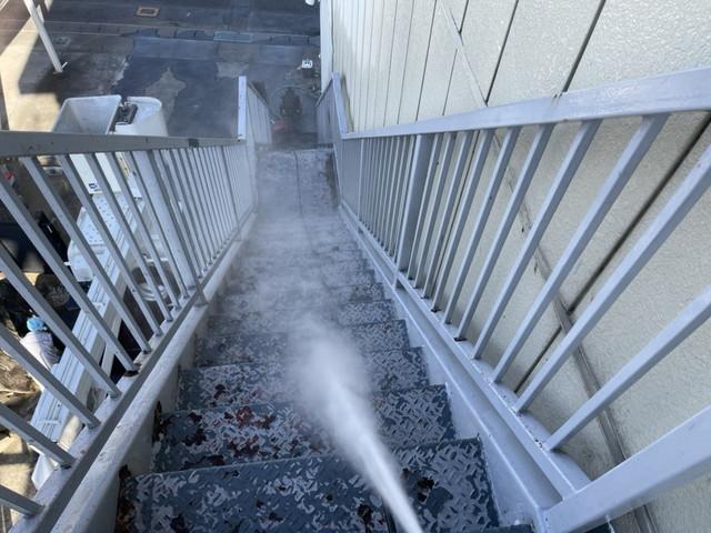 鉄骨階段 高圧洗浄