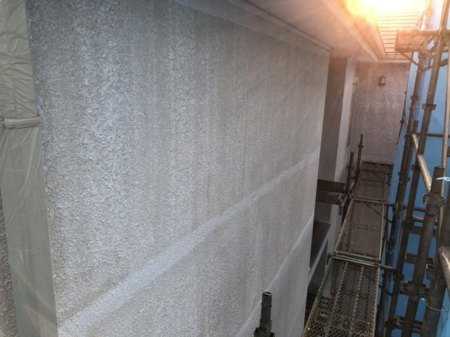 伊勢崎市でモルタル外壁に対し水性カチオンシーラーで1回目の下塗り塗装を行いました